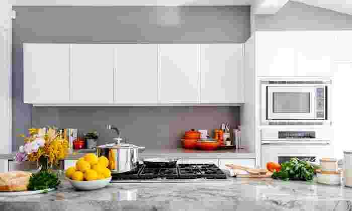 お鍋を出したり、調理道具を出したりというのは片付けの手間を考えると面倒な日もありますよね。そんな日は、電子レンジを最大限に利用しましょう。電子レンジは、茹で野菜や茹で鷄、炒め物やカレーライスまで作ることができます。