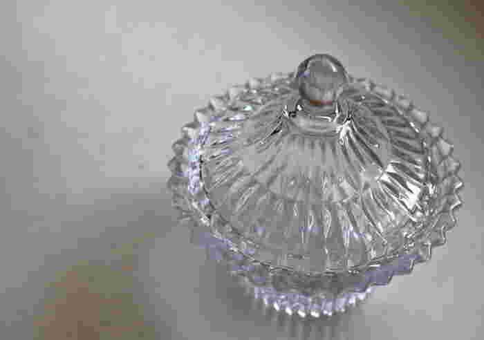 """キャニスターとは「フタ付きの保存容器」のことです。英語では""""canister""""と書いてフタ付きの缶を意味していることもありますが、身近なアイテムでは四角いタッパーなども含めて幅広く使われることも多いそう♪形やデザインもさまざまな実に魅力的なアイテムです☆"""