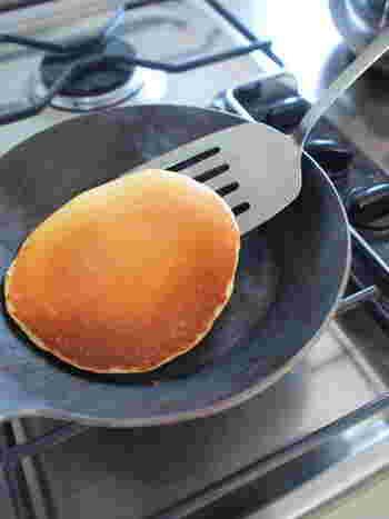 熱伝導率が良く保温性が高い鉄フライパンは、ある程度どんな料理にも対応できる便利な道具。特に焼いたり炒めたりするのが得意で、外はカリッと、中はふんわりジューシーに仕上がります。