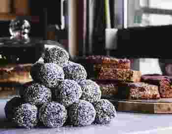 スウェーデンのFikaのおともの定番は、「Chokladboll(ホックラッドボッル)」と呼ばれるチョコレートボールです。パールシュガーやココナッツがまぶされていて、甘くてコーヒーとの相性も抜群です。とにかく美味しいので一度食べるとクセになりますよ。