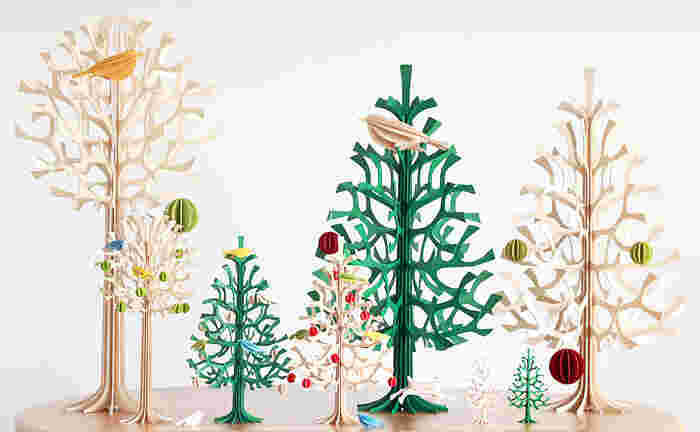 lovi(ロヴィ)は北欧フィンランドの小さい町から生まれました。デザイナーのAnne Paso(アンネ・パソ)はプラスティックでできたクリスマスツリーではなく、「木」から生まれたクリスマスツリーを作りたい、という想いのもと、パズルのように簡単に組み立ててできるクリスマスツリーを作り上げました