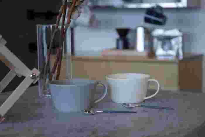 SUUの別注のSAKUZANのスープカップセットです。コーヒーカップよりすこし大きめのサイズ感で、グレーとクリームの二色セットになっています。シンプルなスープカップはいろいろなお料理に使えるので重宝しますね。(3,888円)