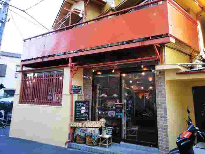 京成八広駅から歩いて2~3分のところにある「cafe POKAPOKA(カフェ ポカポカ)」は、クリーム色の壁とえんじ色の屋根が目印の地元の方が連日通う人気店。古民家をリノベーションしたアットホームな雰囲気は、初めてでも入りやすいと評判です。