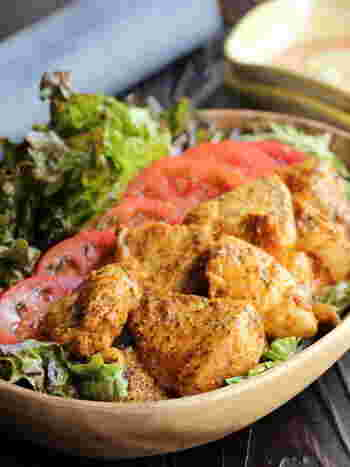 削ぎ切りにした鶏むね肉にヨーグルトやカレー粉などの香辛料をまぶして、フライパンで焼き上げる、お手軽なタンドリーチキンのレシピです。生野菜もたっぷり添えて、ヘルシーに。