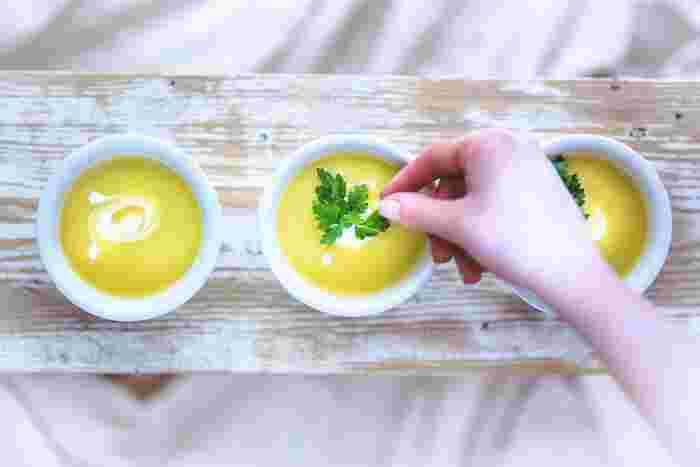 夏の日差しをたっぷりと浴びた夏野菜は、みずみずしさや甘さ、鮮やかな色が特徴的。そんな夏野菜の自然な味を楽しめるのが、シンプルな冷たいスープです。今回は夏バテで食欲がない人にもおすすめの、鮮やかな冷製スープレシピをご紹介します!