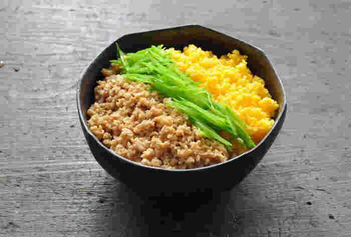 作るのも簡単で、さっと食べられる丼メニューも覚えておきたいところ。鶏ひき肉でつくる鶏そぼろと、インゲンや絹さやの青物野菜、卵そぼろをきれいによそった「三色丼」。鶏そぼろは多めに作って、お弁当おかずに使ったり、卵焼きに一緒に巻き込んでも良いですね。