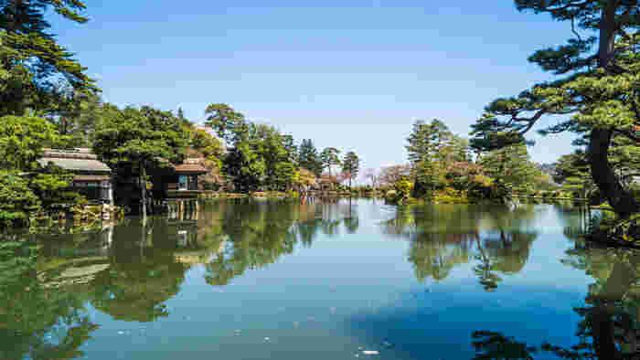 日本人観光客だけでなく、外国人観光客からも高い人気を得ている兼六園は、金沢市に限られず、日本を代表する観光名所として知られており、2009年3月16日に発刊された「ミシュラン観光ガイド」で最高ランクの三ツ星に輝いています。
