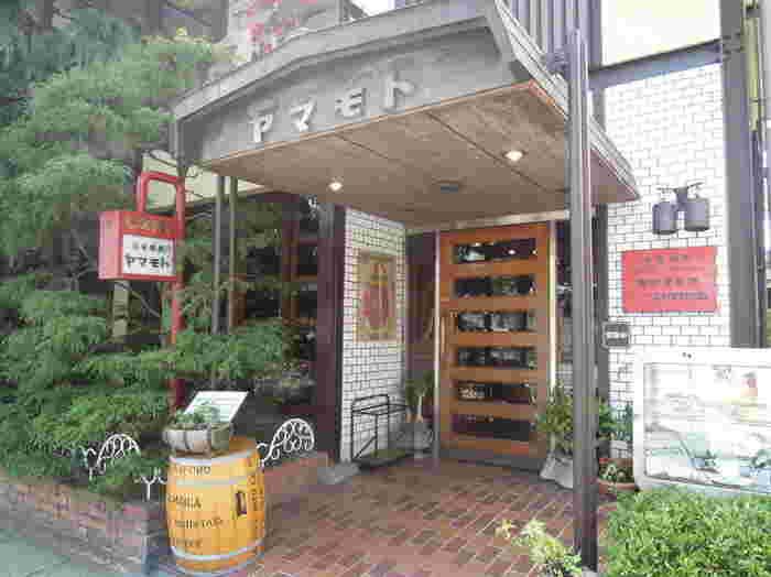 丸太町通り沿いにある「coffee shopヤマモト」さんは、大阪の純喫茶で珈琲を学んだオーナーがオープンさせた喫茶店。 オリジナルの味を追求した自家焙煎珈琲は味わい深く、美味しいと評判!レトロな雰囲気の店内で心行くまま、癒しのひとときを過ごしてみませんか!