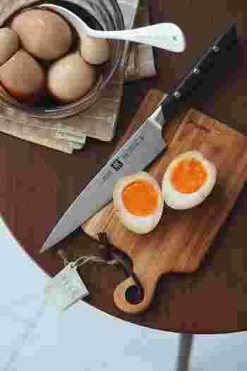 おつまみやラーメンのお伴に、半熟煮卵はいかが? 水から煮て、沸騰したら5分茹でます。ジップ付きの保存袋に入れると、煮汁が少なくても味が染みやすくなります。  【材料】 卵 4~5個 水 150cc みりん 大さじ2 醤油 大さじ2 砂糖 ~小さじ1 酢 小さじ1/2