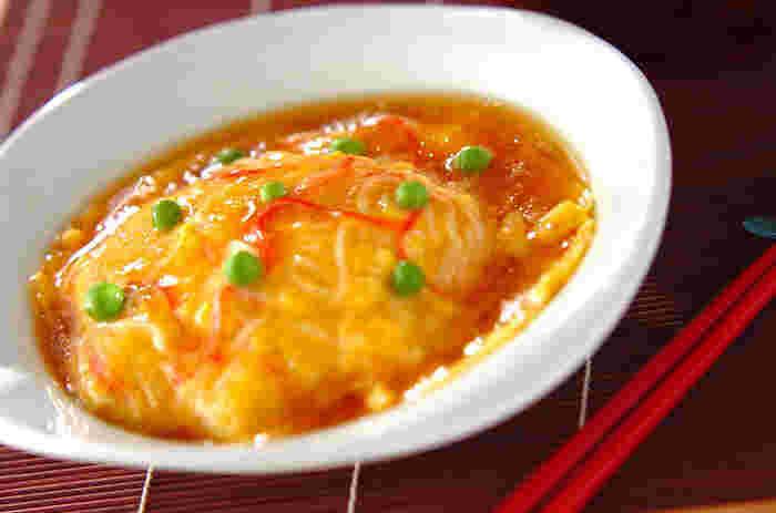 カニ風味カマボコで作る、簡単「天津飯」。合わせ調味料に片栗粉を入れるのでダマにならずに作れます。おうちにある材料でサッと作れるのも嬉しいですね。