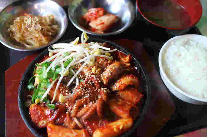 メニューは蔘鶏湯、ユッケジャン、炒め物、ビビンバ、ラーメンなど豊富なラインナップ。プラス200円でご飯やサイドチチミ、サイドチャプチェが付く定食にすることができます。安くて美味しくてお腹もいっぱいになる本格的な韓国料理が、目を覚ましてくれますよ。