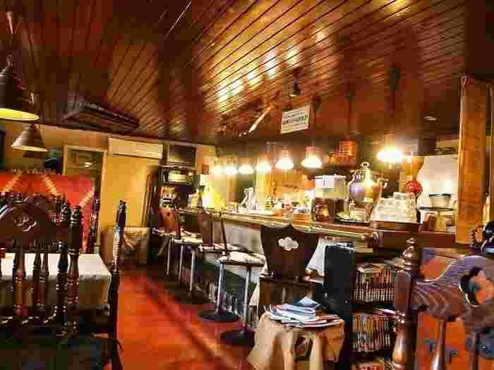 お店は中央区、電車通沿い。店名のとおり、喫茶店の名残を残したレトロな内装が素敵です。バーカウンターや調度品などが落ち着ける雰囲気を醸し出しています。