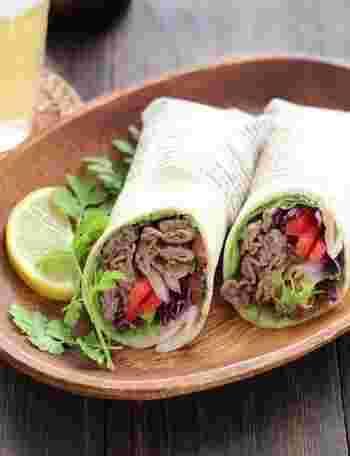 牛肉も野菜もたっぷりのボリュームブリトー。色合いもきれいですね。スイートチリソースやナンプラーなどを使ったエスニック風味が素敵な変化をもたらします。