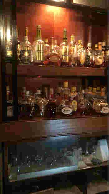 夜はバーになるので、地下店にはお酒のボトルも並んでいます。ゆっくり過ごしたい方は、地下店がおすすめ。
