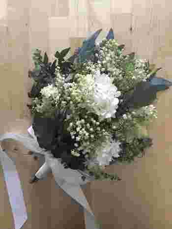 花束のように高さをつけたクラッチブーケ。リーフを多めに使うことで、よりナチュラルな印象になります。シフォンやリネンを使ったドレスによく似合いそうです。揃いの花材で花冠を作っても素敵ですね!