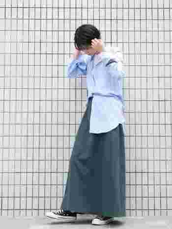 爽やかな水色のシャツが、ストレートのショートヘアによく合います。ロングスカートも、程よい女性らしさが出せるのがショートの魅力。