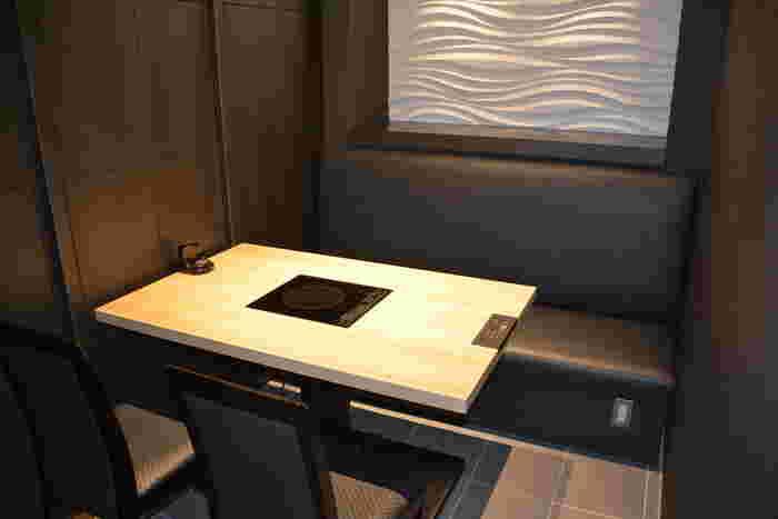 『KITTE博多』の9Fにある「博多もつ鍋おおやま」は、国産牛のもつを使用した絶品のもつ鍋をいただける有名店。テーブル席の他に、モダンな個室もあるのでお子さん連れでも安心です。