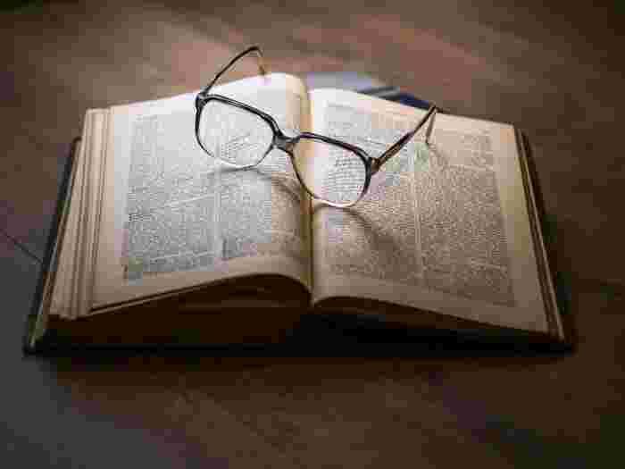 部屋に積まれたたくさんの本や雑誌、コミック類一度読んでそのままということはありませんか? たまにしか読まない本はリサイクルに出してしまいましょう。 おうちにない本は図書館を積極的に利用しましょう。図書館が自分の本棚だと思えば、たくさんの本を持たずに読むことができます。