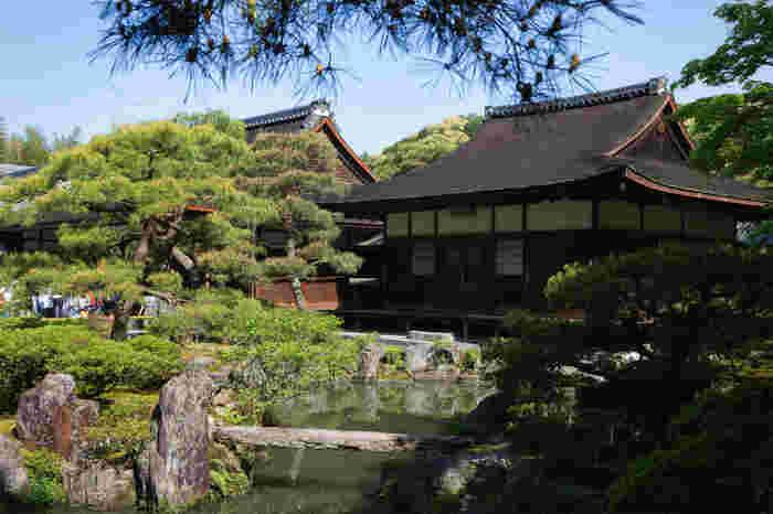 東求堂は、「銀閣」として知られている観音殿と共に、国宝に指定されている建築物です。銀閣寺が建立された往時の面影を色濃く残す東求堂は、春と秋に、一年間に2回、季節を限定して一般公開が行われています。