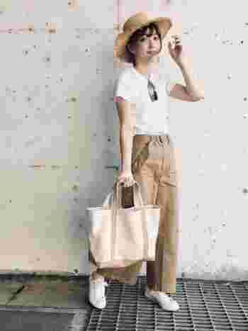 こちらは白Tシャツ×チノパンの定番スタイルに、ハットやトートバッグで季節感をプラスした爽やかなカジュアルコーデ。ベージュ×ホワイトの軽やかで上品な配色も素敵ですね。
