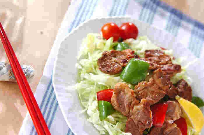 胡椒、醤油、ハーブソルトだけでシンプルに味付けしたラムソテー。お肉の風味や旨味を野菜に移して、バランスよく食べられます。