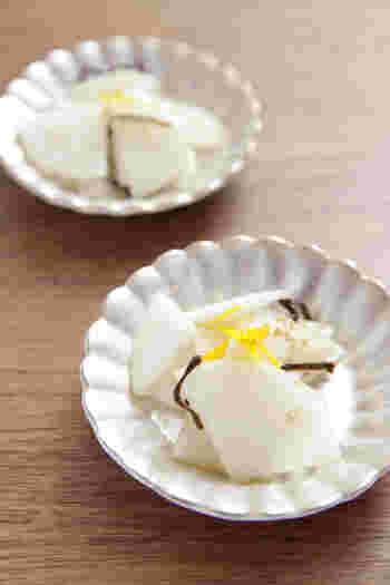 大根、塩昆布、塩麹、柚子、すりごまで作るとても簡単な副菜。塩昆布を使えば手早く旨みが食材にあわさり、短時間で味に深みがでます。盛りつけた後、柚子の皮をトッピングすれば見た目も香りも上品で◎。