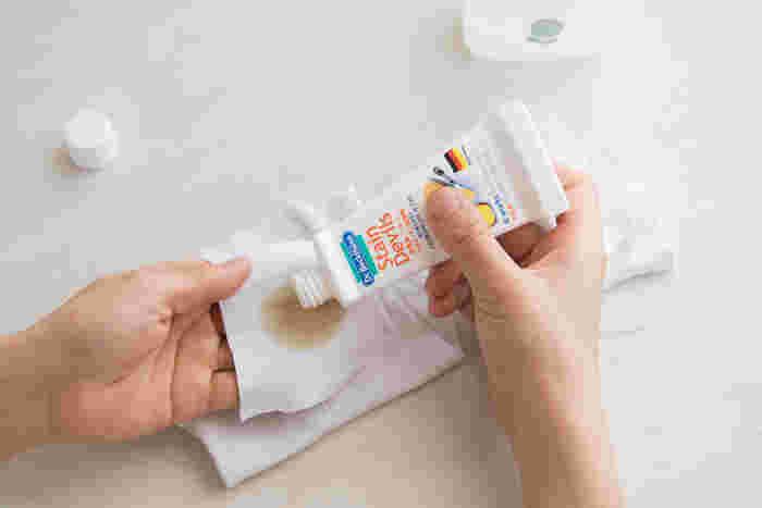 うっかり盛大に汚してしまったときには、染み抜き専用の洗剤を使って、しっかりと汚れをとってあげましょう。「ステインデビルス」は、ドイツ生まれのブランド。ステイン(染み)を家庭でも簡単に落とせる製品の開発を重ねてきたブランドです。当て布をして染み汚れの部分に洗剤をつけ、水をつけた布でトントンと叩くようにすると、頑固な油染みも綺麗に落とすことができます。汚れ成分別に専用のクリーナーがラインナップされているので、1セット揃えておくと、どんな汚れにも慌てず対応できそうです。