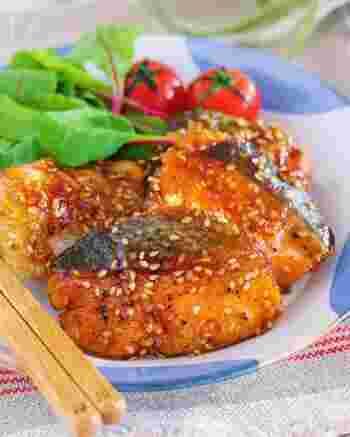 塩焼きの鮭に飽きたら、甘酢が食欲をそそる照り焼きはいかがでしょう?冷めても美味しいので、お弁当のメインおかずにもおすすめです。