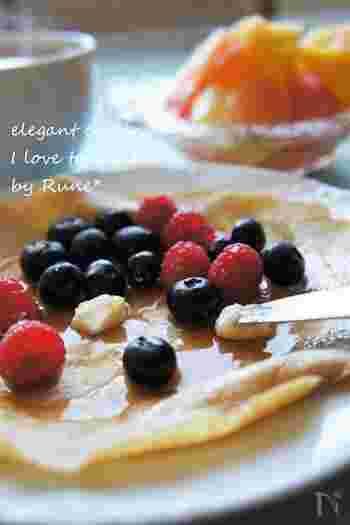 クレープに使う薄力粉を全粒粉に置き換えれば、フルーツやシロップなどと一緒に気軽に栄養を摂ることができます。豆乳やブラウンシュガーを使って体にも優しく、パンよりも簡単に作れるので、忙しい朝や一人暮らしの方にもぜひ食べてもらいたい一品。