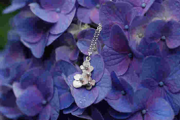 ●アジサイのネックレス  屋久島の12か月に咲く花をモチーフにした「12flowers」。6月の花、アジサイのネックレスは、3粒のアクアマリンをあしらったシルバーネックレスです。