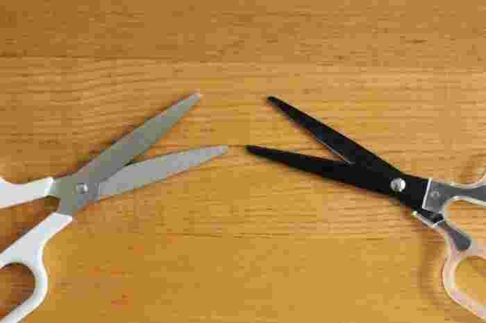 その秘密は…普通のはさみと比べて刃が丸くなっていること!このカーブのおかげで、軽い力でスッと切れるんです。
