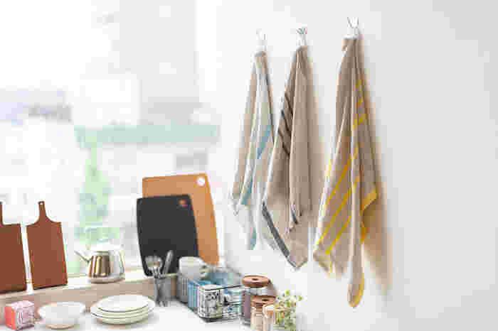 グレイッシュなカラーとアクセントの色合いがオシャレなタオルはリネン製。クシャリとした風合いも楽しめるタオルです。