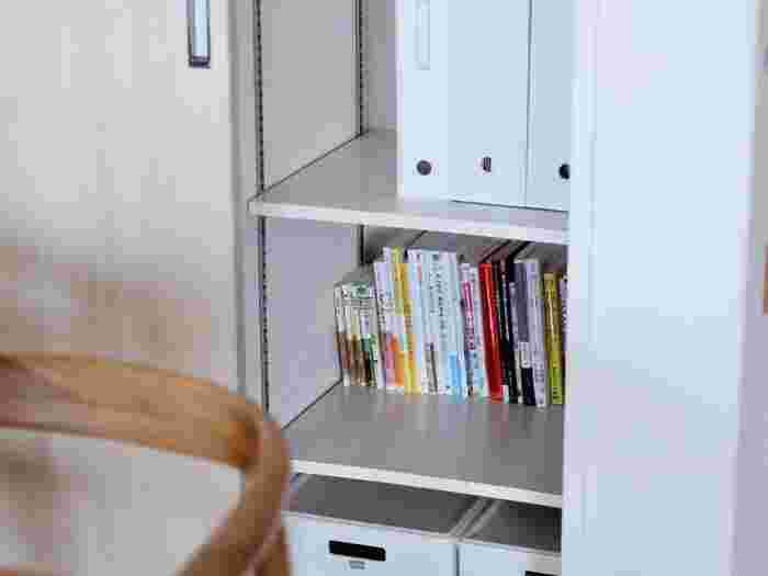リビングに本があるとすぐに読める一方、カラフルな表紙がごちゃついた印象に。リビングクローゼットを本棚として使ってもいいですね。ブックエンドやファイルボックスを使うと本が倒れません。