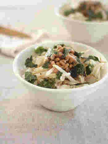さっと炒めたもやしを納豆に合わせることで、単調になりがちな納豆ごはんをワンランクアップさせることができました。海苔をちぎって、醤油をかけるといつもとはちょっぴり違った納豆丼になりますね。
