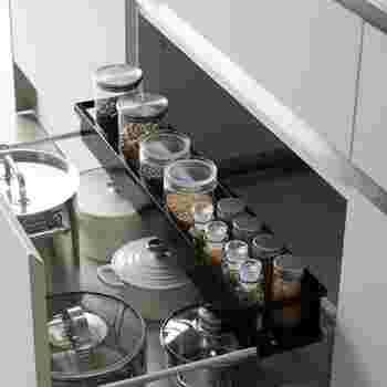 こちらは幅が伸び縮みするラックです。 引き出しの幅に合わせて調整できるので、ジャストサイズで取り付けることができます。他の場所でも使いまわせる、便利な収納グッズです。  小さめのキッチンタイマーや計量スプーンなど、ちょっとしたキッチンツールの収納におすすめ。