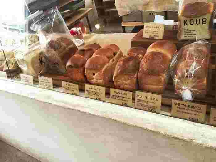 およそ40種類ものパンが並びます。  「湯種食パン」はトーストするのがもったいないくらい、そのままでももっちりおいしいんです。