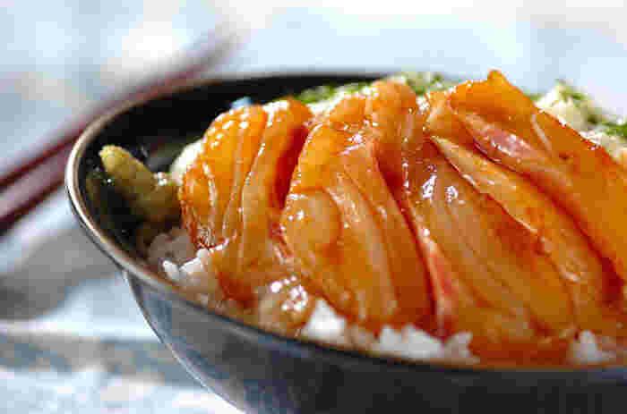 こちらは鯛や平目などの白身魚を醤油に5分程漬け、すりおろした山芋と一緒にご飯にのせた「白身魚の山かけ丼」。こちらもシンプルな食材で簡単に作れるので、忙しい時に重宝する一品です。山芋をたっぷりかけて豪快に召し上がれ♪
