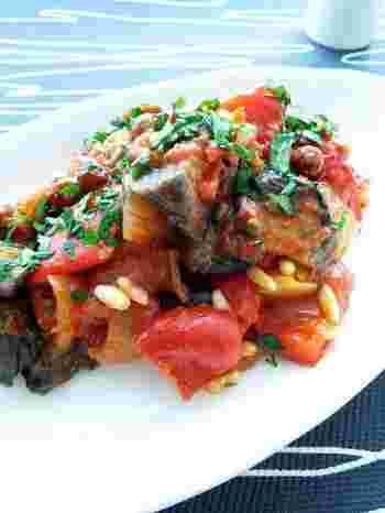 シチリア名物のアンティパスト、カポナータ。軽く揚げたナスにトマト・ズッキーニ・パプリカなどの野菜やケッパーを加え、白ワインビネガーで煮込んだもので、ラタトゥイユに似ています。甘酸っぱさが爽やか。スペインから伝わったという説もあるとか。