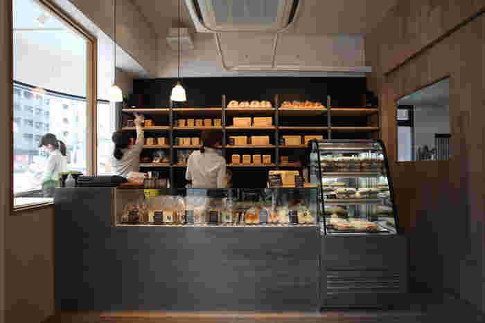 """薬院六つ門交差点にある「むつか堂」。福岡で食パンというと、むつか堂を思い浮かべる方も多いかもしれません。""""毎朝、起きるのが楽しみになる""""をテーマに、厳選した素材を使用した食パンを作っています。店内の壁にずらりと並ぶ食パンにワクワクしてしまいますね。"""