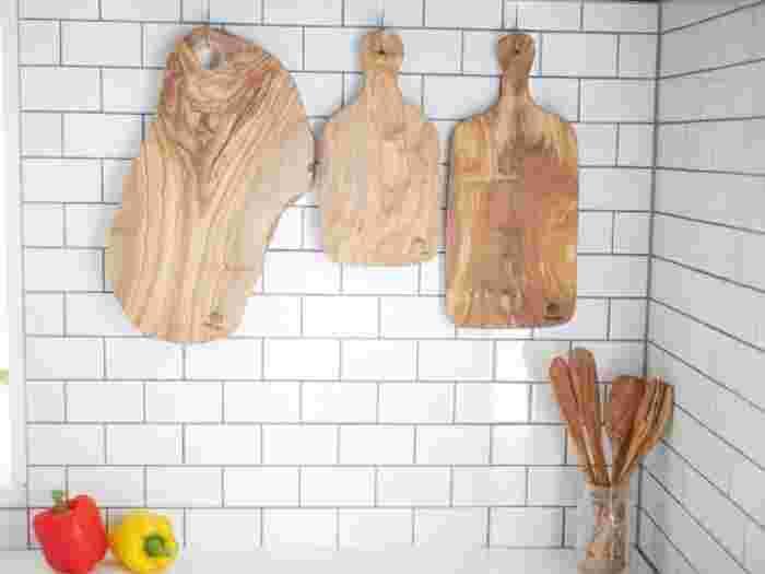 はじめにご紹介するのは、イタリアの木材加工工房『ARTE LEGNO(アルテレニョ)』のおしゃれなキッチンアイテムとテーブルウェアです。高いデザイン性と実用性を兼ね備えたカッティングボードやサラダボウルなどの商品は、樹齢200~300年の上質なオリーブウッドを使用し、一点一点ハンドメイドで丁寧に作られています。