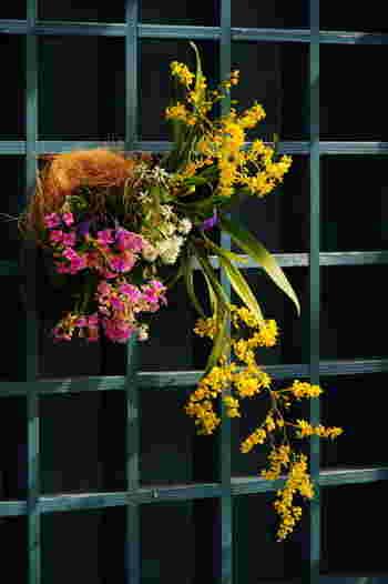 壁掛けタイプの寄せ植えもおしゃれ。洗練された雰囲気になりますね。吊るしたり掛けたりする寄せ植えには、下垂型の植物もよく合います。