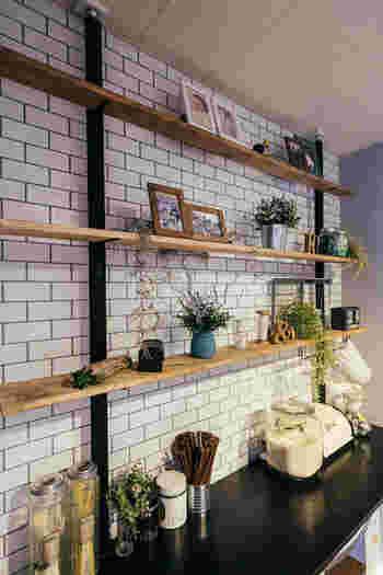 突っ張り棒の要領で壁を有効活用できるディアウォール。壁を傷つけないので、賃貸住宅でも安心して使えます。収納棚としてよし、飾り棚としてもよし。とてもおしゃれで人気が高いですね。