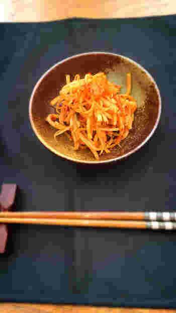 キムチと大根の皮、サキイカを一緒に炒め合わせるだけというスピードレシピです。シャキシャキの食感を生かすには、炒めすぎないように気を付けましょう。酒の肴にもおすすめのひと品です。