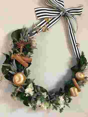 半円形のクリスマススワッグ。こういう飾り方も可愛いですね。数種類の常緑樹と実ものをいくつか組み合わせています。スワッグは、縦、横、どの方向に飾っても自由ですし、バスケットに入れて壁などに掛けるのもOK。組み合わせる小物で表情ががらっと変わるのも面白いです。