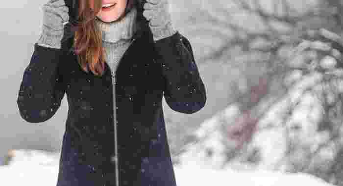 寒い季節には、身体にフィットする保温・発熱する機能インナーを一番下に着て、アウターには風を遮り暖かい空気を逃さない素材を選びましょう。薄手のダウンジャケットは、インナーダウンのように着ることで、より断熱効果を発揮してくれます。また、カイロを常備しておくと暖房が使えなくっても温まりますよ!
