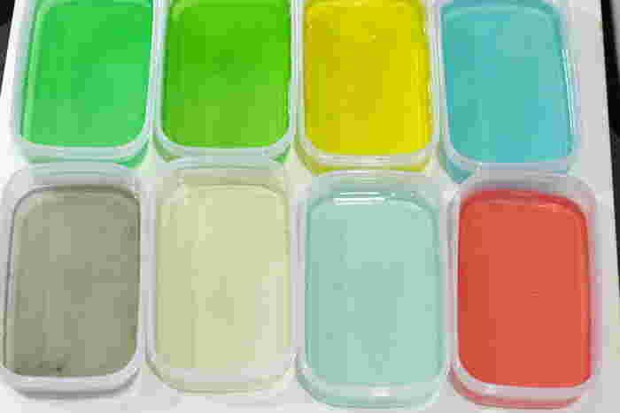 ③タッパーに作りたい色の色粉を小さじ1ほどの水で溶き、②の寒天を淹れてよく混ぜ冷蔵庫で冷やし固めます。 ※色粉の代わりに、かき氷のシロップでもOKです◎