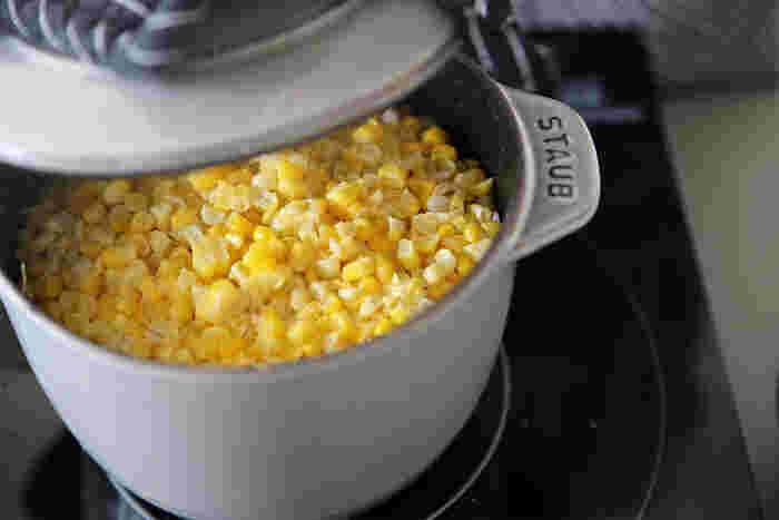 そしてもう一つが「ココット de GOHAN」です。普通の白米を炊いてももちろん美味しいのですが、お米とトマトと塩、昆布だしを入れて炊きこんで、できたおこげと一緒にラフに刻んだクレソンを混ぜ合わせた洋風のようで和風なトマトとクレソンの混ぜご飯、コレおススメです。このココットもそのままテーブルに出せるので、食卓で混ぜ合わせる演出なんかもできちゃいます。ストウブのシリーズはそのままテーブルに出した時も絵になってくれるのでこちらも欠かせないアイテムです。