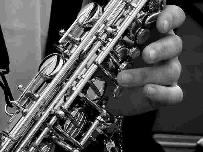 リードなるものを鳴らすことによって音を出す木管楽器に分類され、繊細さと荒々しさの両方を兼ね揃えた音楽を奏でるのに適しています。口の形や吹き方ひとつで澄み切った音から濁った音まで多彩な音を出すことができる、表現力豊かな独奏楽器です。   またサックスは、トランペットよりも音を出しやすい楽器ですので、早く曲を吹けるようになりたい人や、管楽器初心者でも比較的はじめやすいのではないでしょうか。