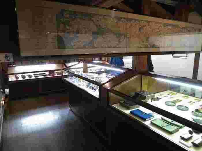 広い敷地内には、「秋田郷土館」をはじめとして資料館が複数あり、秋田や角館の歴史、先人の暮らしぶりを見ることができます。甲冑や刀もあり、武士の時代ならではの展示に大興奮。歴史好きにはたまりません。