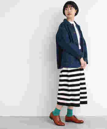 パッと目を惹くボーダースカートは、メンズライクなデニムジャケットを合わせてキュートに着こなしましょう。足元はマニッシュシューズとカラーソックスを合わせて少し個性をプラスすると素敵です。